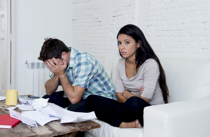 Il giovane strato triste del salone delle coppie a casa che calcola le spese mensili si è preoccupato nello sforzo fotografia stock libera da diritti