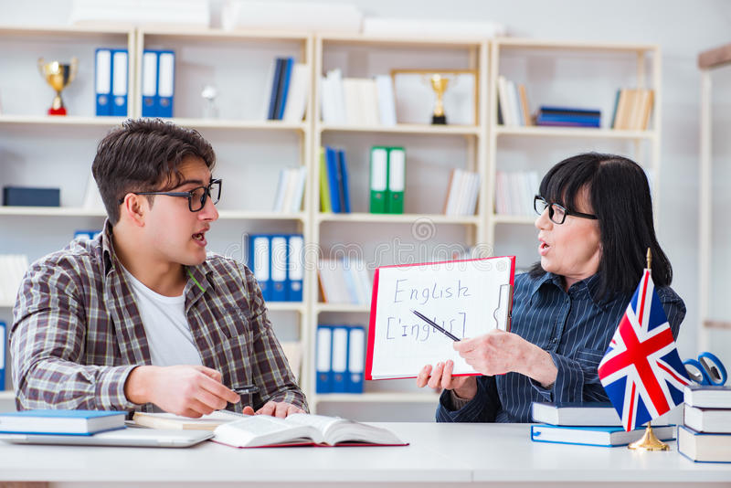 Il giovane studente straniero durante la lezione di lingua inglese immagine stock