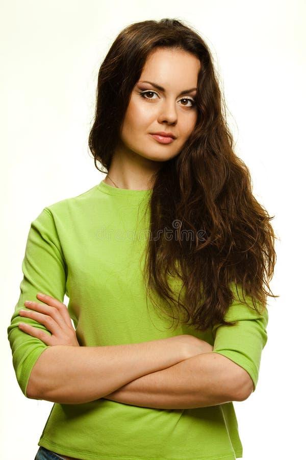 Il giovane studio sorridente della donna ha sparato su un fondo bianco fotografia stock