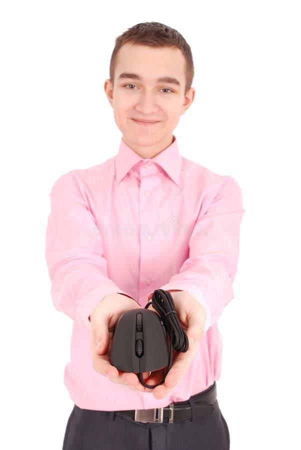 Il giovane tiene in suo topo ottico del computer del nero della mano immagini stock