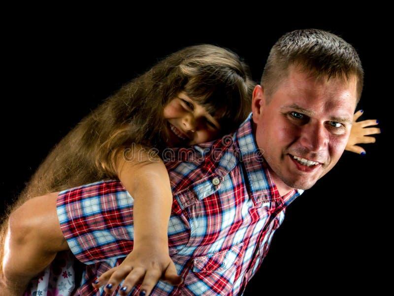 Il giovane trasporta il bambino sulle spalle fotografia stock