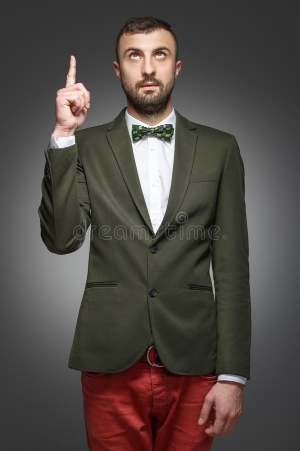 Il giovane in un vestito verde, rivela immagini stock libere da diritti