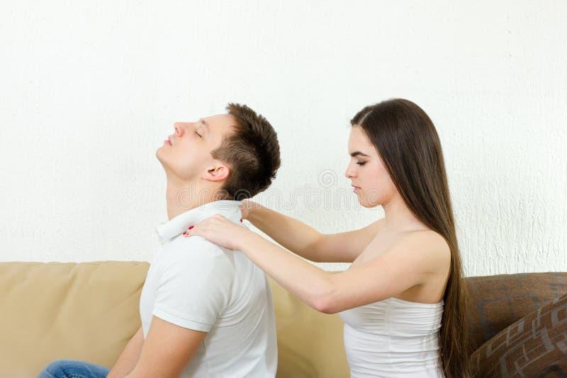 Il giovane uomo adulto riceve il massaggio di rilassamento fotografia stock libera da diritti