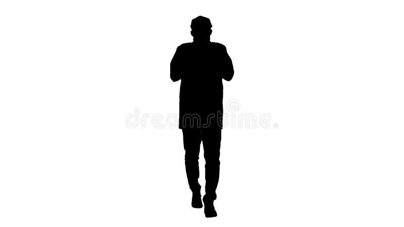 Il giovane uomo bello della siluetta cammina e abbottona il mantello illustrazione di stock