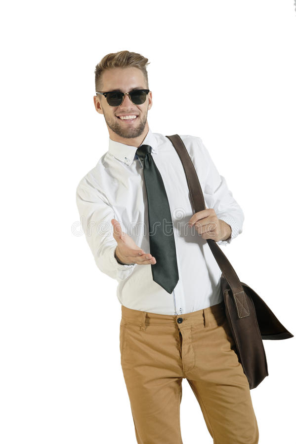 Il giovane uomo bello di affari che sta con la scossa della mano ha esteso fotografie stock