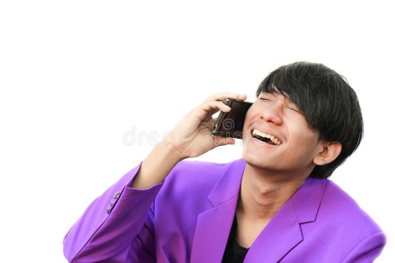 Il giovane uomo bello di affari ha confuso la conversazione sul telefono cellulare su fondo bianco immagini stock libere da diritti