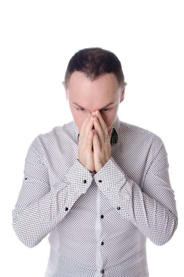 Il giovane uomo bello si ammala Emicrania e salute del povero freddo fotografie stock