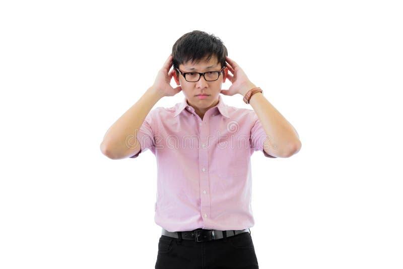 Il giovane uomo d'affari asiatico ha condizione con la depressione che ritiene sull'isolato su sul fondo del wihte fotografia stock