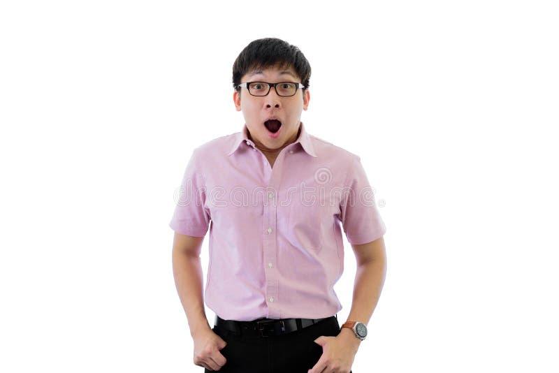 Il giovane uomo d'affari asiatico ha condizione con scioccante sull'isolato su sul fondo del wihte immagini stock libere da diritti