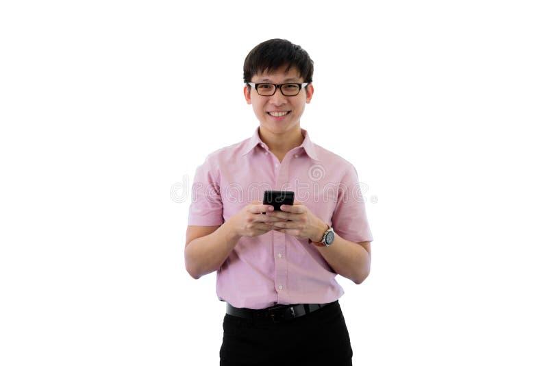 Il giovane uomo d'affari asiatico ha diritto e gioco del telefono con felice sull'isolato su sul fondo del wihte immagini stock