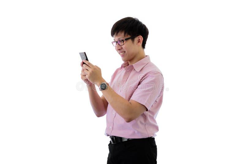 Il giovane uomo d'affari asiatico ha diritto e gioco del telefono con felice sull'isolato su sul fondo del wihte fotografia stock