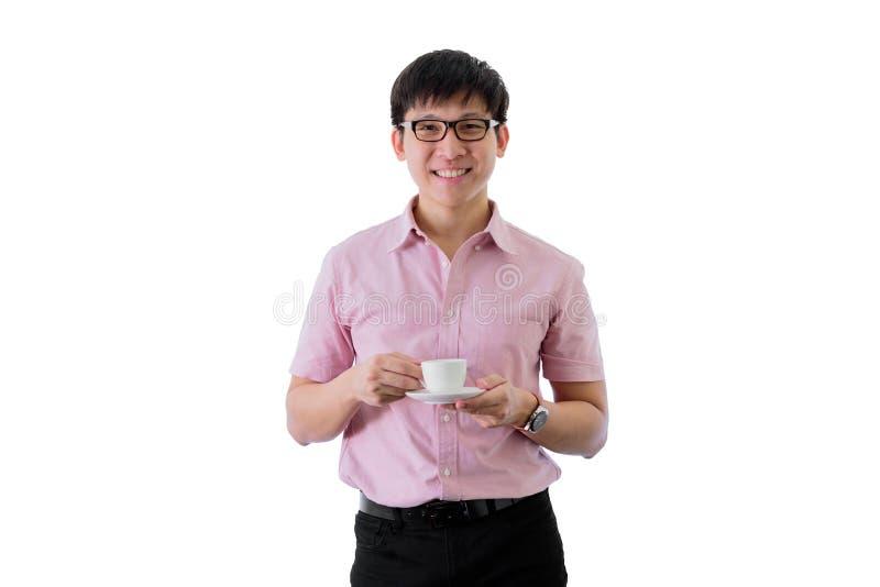 Il giovane uomo d'affari asiatico ha la condizione e bere una tazza di caff? con felice sull'isolato su sul fondo del wihte immagine stock