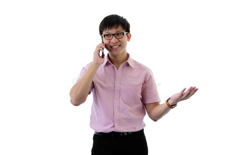 Il giovane uomo d'affari asiatico ha la condizione e conversazione per lo scopo di affari con felice sull'isolato su sul fondo de fotografie stock libere da diritti