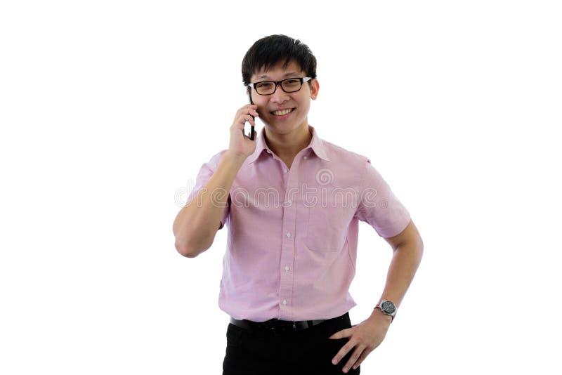 Il giovane uomo d'affari asiatico ha la condizione e conversazione per lo scopo di affari con felice sull'isolato su sul fondo de fotografia stock