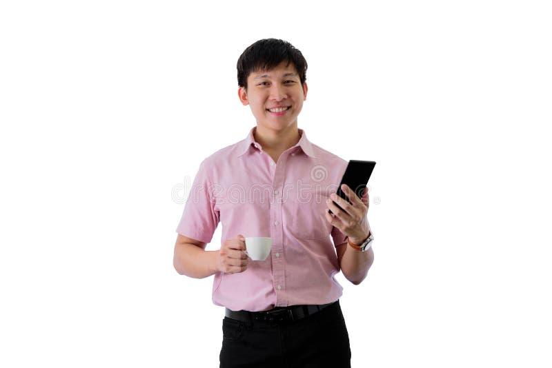 Il giovane uomo d'affari asiatico ha la condizione e lavoro con una tazza di caff? sull'isolato su sul fondo del wihte fotografia stock