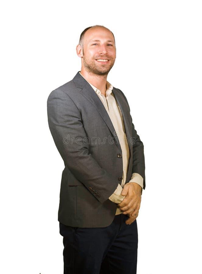 Il giovane uomo d'affari attraente e riuscito che sorride fondo bianco isolato felice e sicuro ha vestito l'abbigliamento casual  immagini stock libere da diritti
