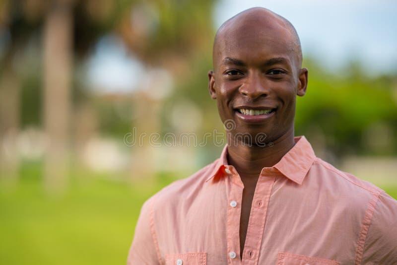 Il giovane uomo d'affari bello del ritratto con la camicia rosa del bottone ha sbottonato immagine stock libera da diritti