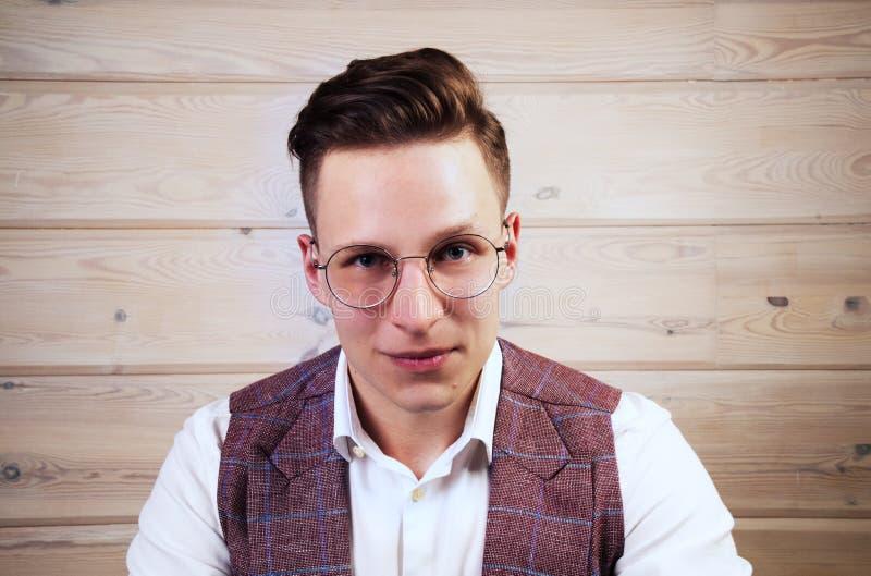 Il giovane uomo d'affari bello sta guardando indicativo immagine stock libera da diritti