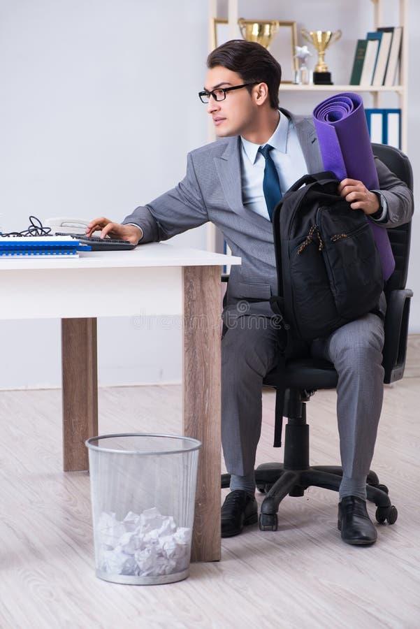 Il giovane uomo d'affari che precipita alla palestra di sport durante la pausa fotografia stock libera da diritti