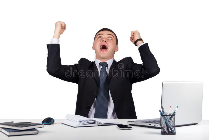Il giovane uomo d'affari felice con le sue armi si è alzato su isolato su fondo bianco fotografia stock libera da diritti