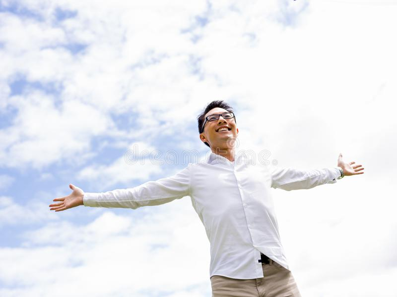 Il giovane uomo d'affari felice e riuscito durante il il suo irrompe il parco immagine stock