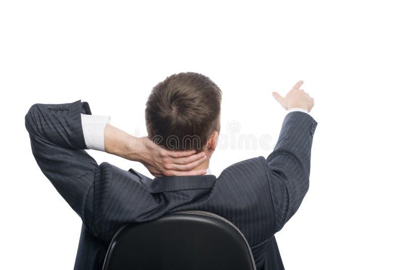 Il giovane uomo d'affari mostra la sua mano verso. fotografie stock