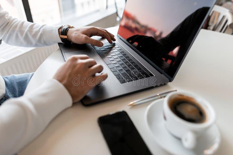 Il giovane uomo d'affari professionale utilizza un computer portatile per lavoro Impianti di blogger sul computer Vista laterale  fotografia stock