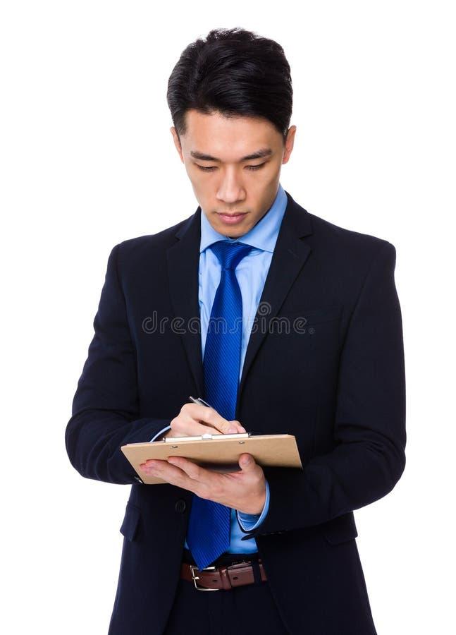 Download Il Giovane Uomo D'affari Scrive Sulla Lavagna Per Appunti Fotografia Stock - Immagine di businessman, sporgenza: 55355640