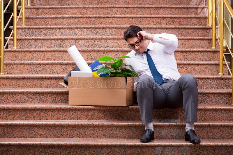 Download Il Giovane Uomo D'affari Sulla Via Dopo Il Licenziamento Fotografia Stock - Immagine di perdita, situato: 117977216