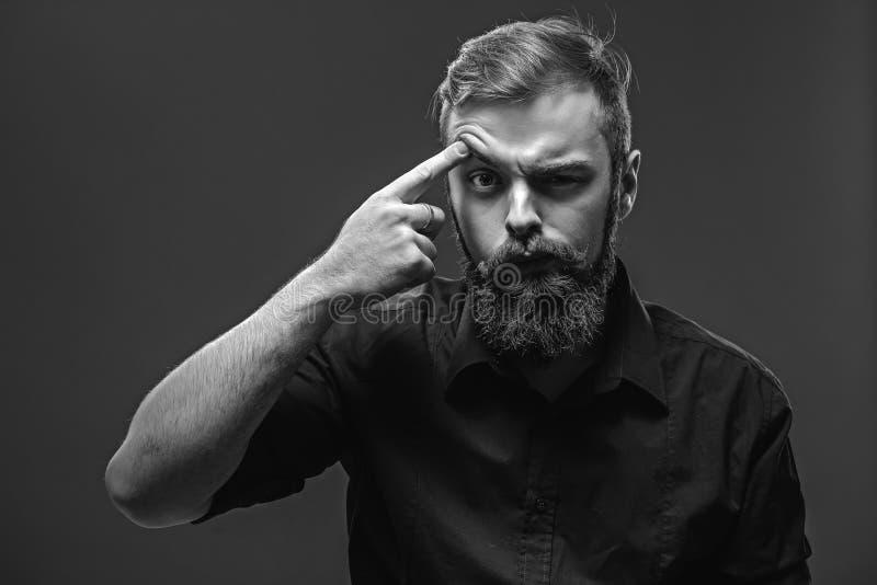 Il giovane uomo dai capelli rossi alla moda con una barba ed i baffi ha vestito la i immagine stock libera da diritti