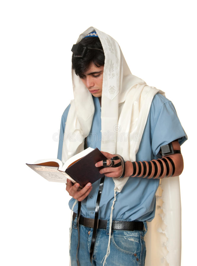 Il giovane uomo ebreo prega il tallit e il tefillin da portare fotografia stock