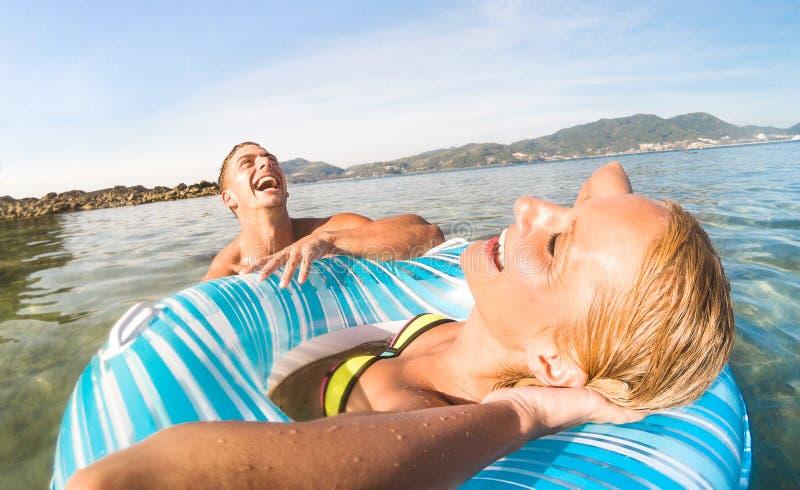 Il giovane vacanziere delle coppie che ha divertimento genuino su Phuket tropicale è immagini stock libere da diritti