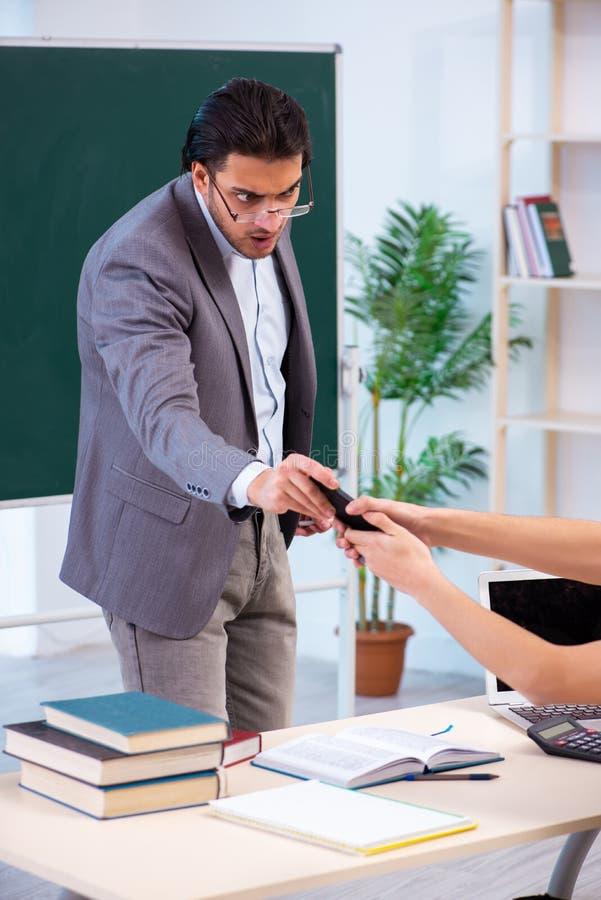 Il giovani insegnante e studente nell'aula fotografia stock libera da diritti