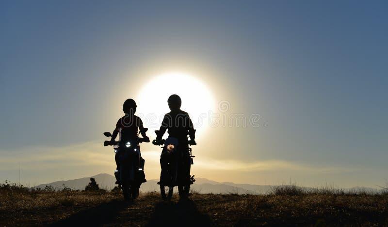 Il giro del motociclo, determinante il piacere, amicizia e lunga strada avventura fotografia stock