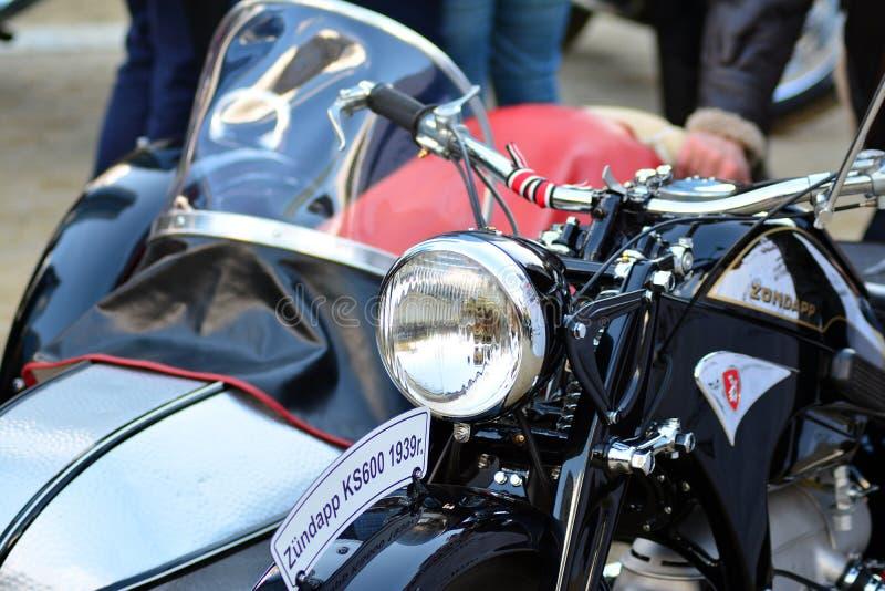 Il giro del signore distinto sul quadrato europeo Motocicli su ordinazione a raduno del motociclo immagini stock