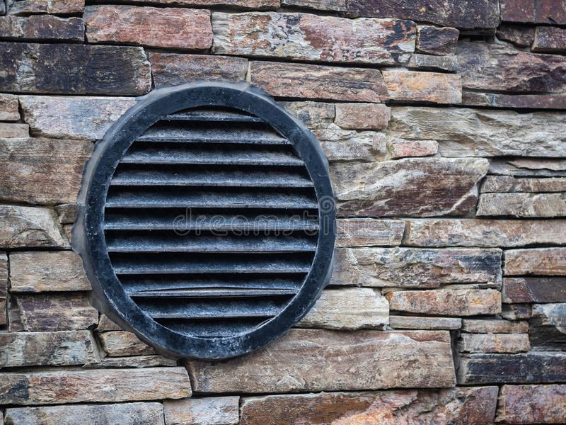 Il giro nero del metallo ha modellato la ventilazione sul muro di mattoni concreto fotografie stock