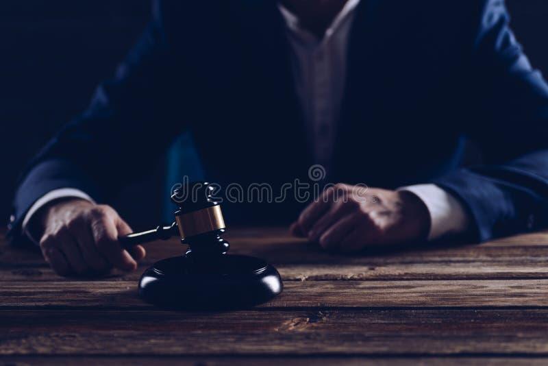 Il giudice maschio pubblica una frase fotografia stock