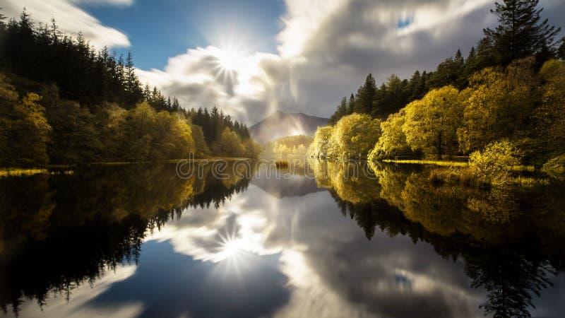 Il Glencoe Lochan con una chiara riflessione in autunno fotografia stock