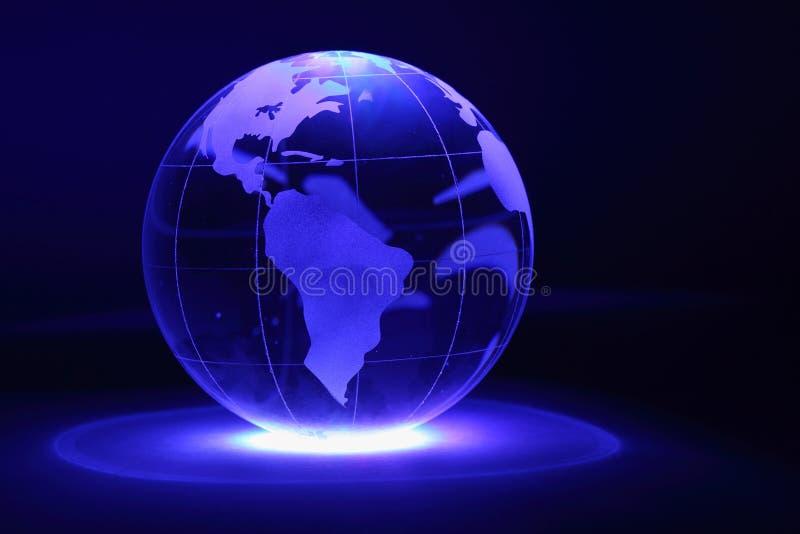 Il globo di vetro è illuminato da indicatore luminoso da sotto fotografia stock libera da diritti