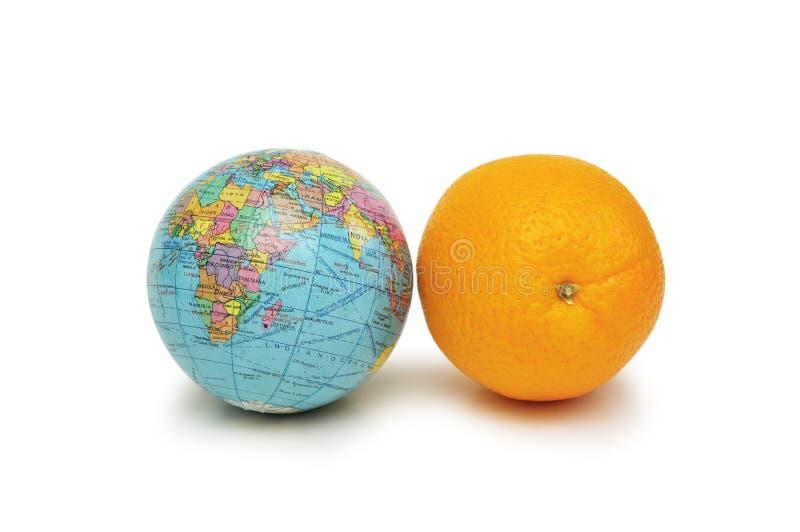 Il globo e l'arancio hanno isolato immagine stock libera da diritti