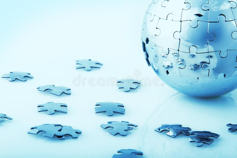 Il globo fatto dal puzzle collega - l'affare globale fotografia stock libera da diritti