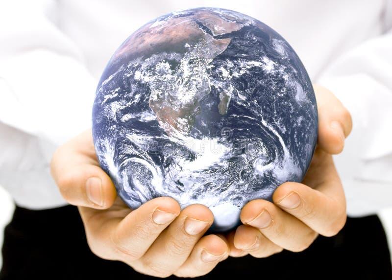 Il globo in mani dei bambini immagini stock
