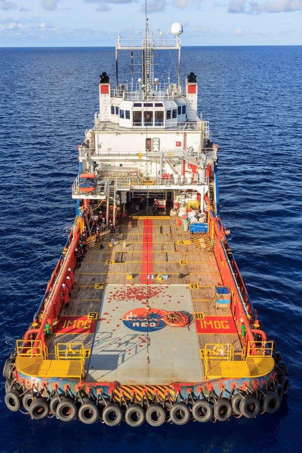 IL GOLFO DEL SIAM, OTTOBRE 1,2017: Operazione della gru del gas e del petrolio marino fotografia stock