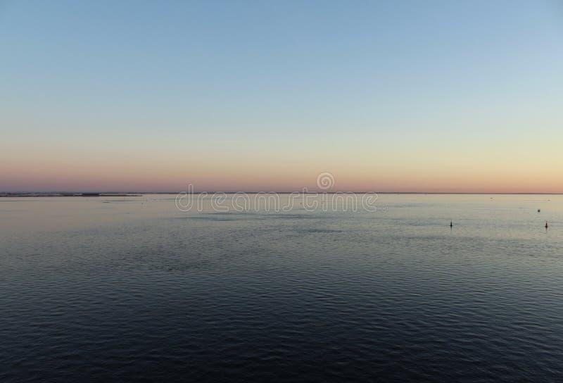 Il golfo di Finlandia nella sera, nel mare blu e nella luce nel cielo immagine stock libera da diritti