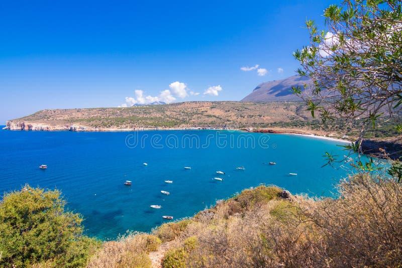 Il golfo fuori delle caverne stupefacenti di Dirou con i pescherecci ed acque del turchese, il Peloponneso immagine stock libera da diritti