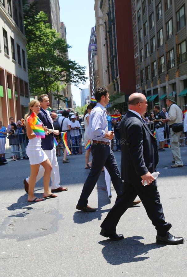Il governatore Andrew Cuomo dello Stato di New York partecipa a LGBT Pride Parade a New York immagine stock