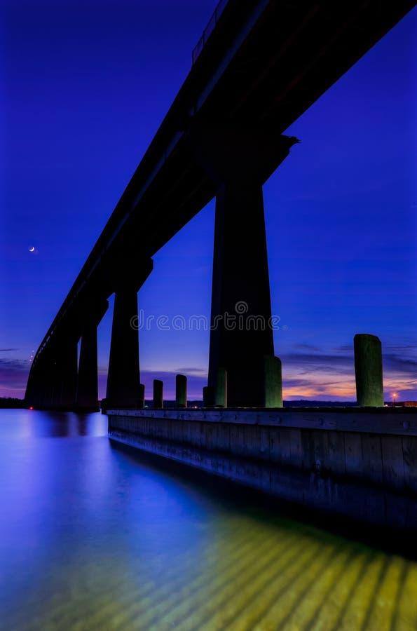 Il governatore Thomas Johnson Bridge sopra il fiume a penombra, isola di Solomons, Maryland di Patuxent. immagini stock libere da diritti