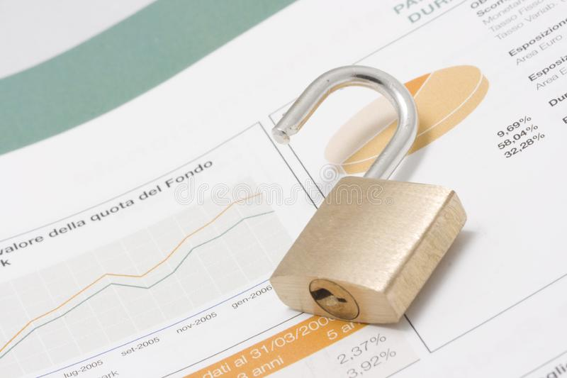 Il grafico del mercato azionario, portafoglio ed apre il lucchetto fotografie stock libere da diritti