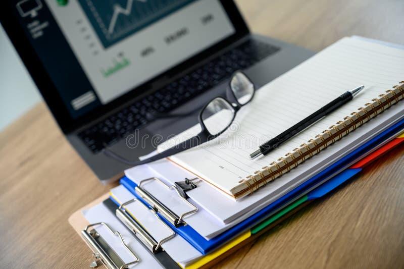 Il grafico di lavoro dei documenti della lettura dell'uomo d'affari finanziario ai succes di lavoro analizza i piani del document immagini stock libere da diritti