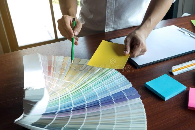 Il grafico sceglie i colori dai campioni delle bande di colore per progettazione Concetto di lavoro di creativit? grafica del pro fotografia stock libera da diritti